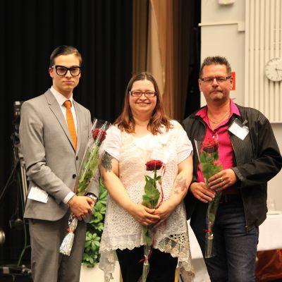 Kuurojen Liiton hallituksen uudet jäsenet Rami Kiiskinen, Ronja Anttonen ja Jarkko Helminen ryhmäkuvassa.