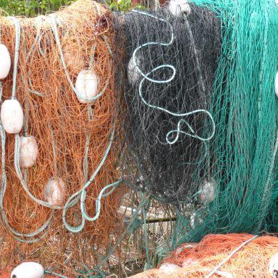 Trassliga nät hänger på tork.