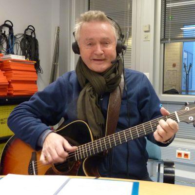 Jukka Kuoppamäki Yle Pohjanmaan studiossa