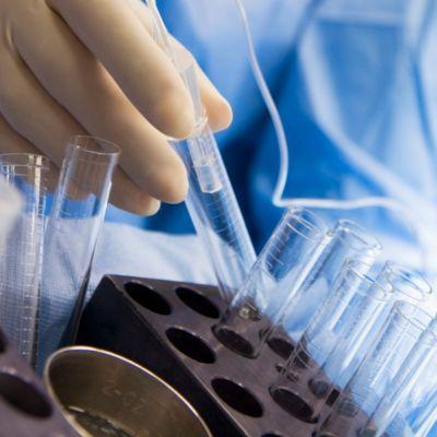 En sjuksköterska assisterar vid utplockning av äggceller inför IVF-behandling
