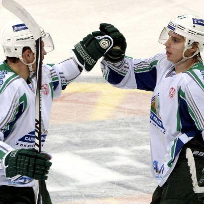 Ivan Visnevski och Antti Pihlström gratulerar varandra.