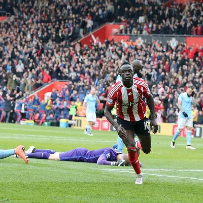 Sadio Mané löper iväg efter att ha gjort ett mål mot Manchester City.