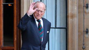 Prins Philip höjer handen i en vinkning. Bilden är tagen i juli 2020.