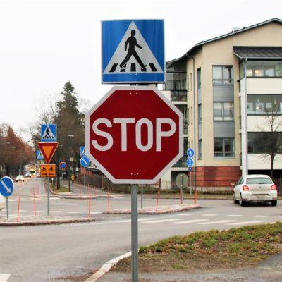 STOP-merkki eli pakollinen pysähtyminen