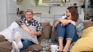 Sohvikset Jari ja Sanna sohvalla.