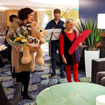 Vastasyntyneen perhe sai kuulla musiikkiesityksen HUS:in perhepesähotellissa.