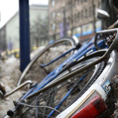 Hylätty polkupyörä Aleksanterinkadulla Lahdessa.