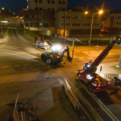 Raitiotien johdinten asentamista yöllä Hervannassa