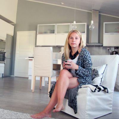 Jannike Snellman hemma i sin lägenhet