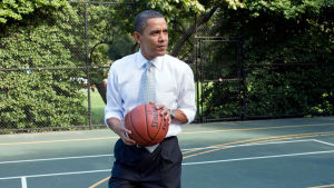 Barack Obama håller i en basketboll.