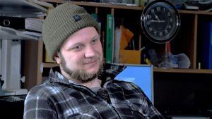 Fiskaren Anders Granfors sitter i kontoret med mössa på huvudet.