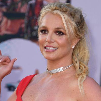 Britney Spears ler, kanske lite obekvämt, på röda mattan.