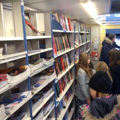 Lempoisten koulun oppilaita kirjastoautossa