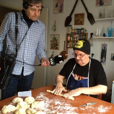 Timo Kurtti leipoo munkkeja ja toimittaja Mauri Tikkamäki haastattelee.