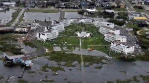 Stormen har orsakat stora skador på många byggnader.