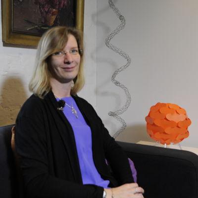Politikern Mikaela Björklund (sfp) sitter i ett rum