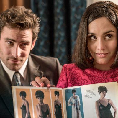 Nainen ja mies esittelevät muotikuvaston alusasuja. Kuva sarjasta Velvet colección