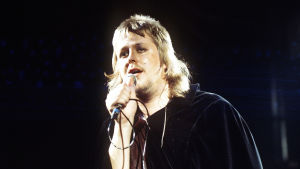 Hector esiintyy Iltatähdessä mustassa viitassa vuonna 1974.