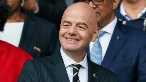 Gianni Infantino tittar åt sidan och ler.