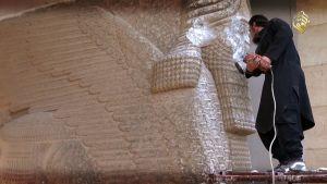 IS förstör historiska föremål i Irak.