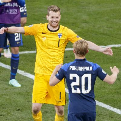 Lukas Hradecky omfamnar Joel Pohjanpalo.