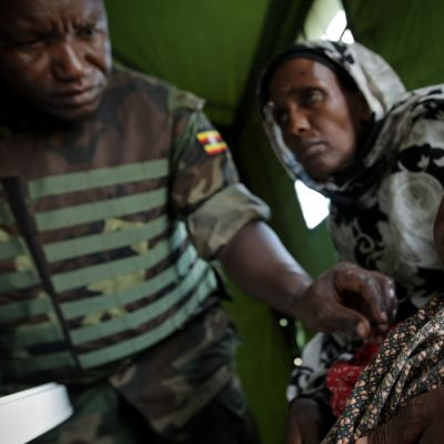 Kvinna med sitt svårt undernärda barn på en klinik som upprättats av Afrikanska unionen i Somalias huvudstad Mogadishu
