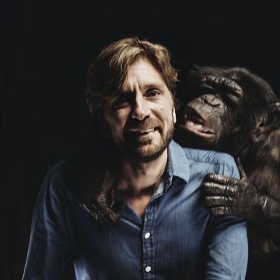 Filmregissören Ruben Östlund tillsammans med den apa.