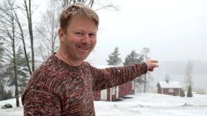 benjamin donner pekar mot stranden i ett vitt vinterlandskap