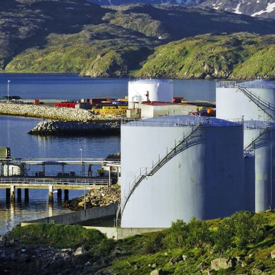 Oljecisterner nära Hammerfest i Norge. I bakgrunden norsk landskap.