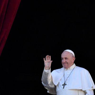 Påven Franciskus vinkade från Peterskyrkans loggia intill Petersplatsen i Rom.