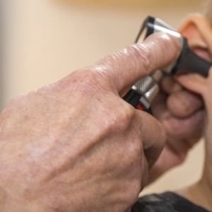 Homeopaatti Merja Riska tutkii korvalampulla