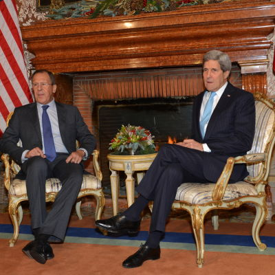 Utrikesministrarna Sergej Lavrov och John Kerry under ett möte i Rom i december 2014.