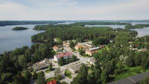 Flygbild på by med sjöar och öar intill.