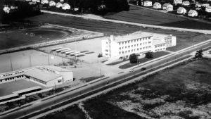 Svartvit bild fotograferad från luften så att man ser Sarlinska skolan och Paraisten seudun koulu. Svenska gymnasiet är ännu inte byggt här.