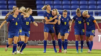 Sveriges Fridolina Rolfö firar mål i OS.