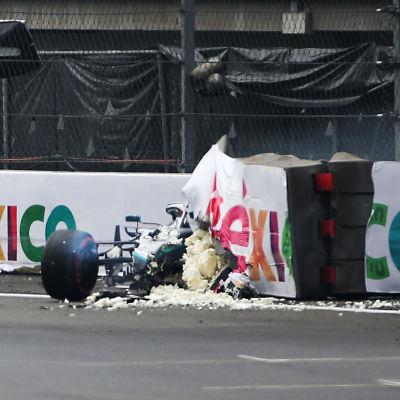 Valtteri Bottas i en demolerad formel 1-bil.