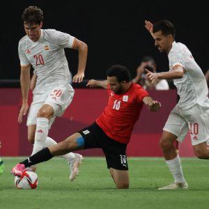 Karim Eraky kämpar om bollen med Juan Miranda.
