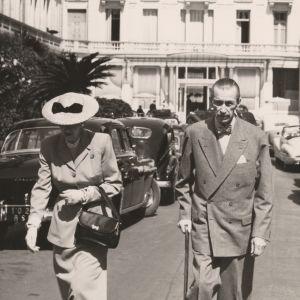 man och kvinna promenerande bredvid varandra i en fransk stad