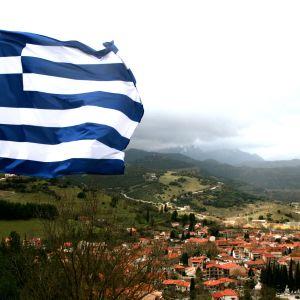 Kreikan lippu liehuu kylän yllä