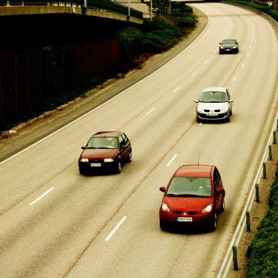 Flera bilar på en motorväg