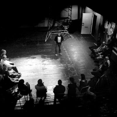Slava Dugin på scen i föreställningen Under the Same Roof.