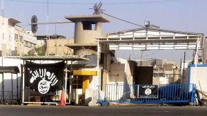 Islamiska statens svarta flagga i norra Irak.