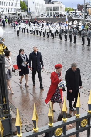 De kungliga gästerna från Norden promenerar på Norra esplanaden i Helsingfors med Salutorget i bakgrunden.
