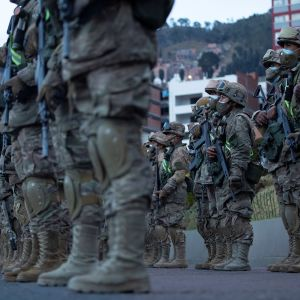 Militärpolis i exercis på lördagen i huvudstaden La Paz. Polis och soldater tog sig ut på gatorna i god tid innan vallokalerna öppnade.