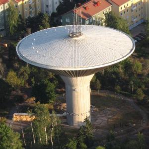 Lauttasaaren vesitorni Helsingissä ilmasta kuvattuna