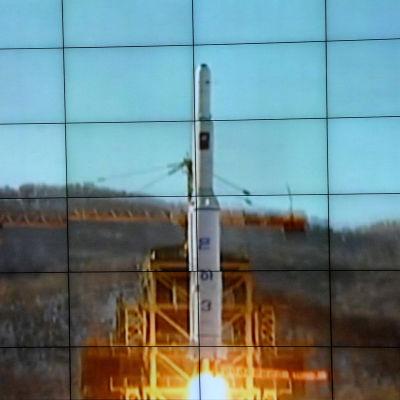 Nordkorea skjöt i december år 2012 upp en satellit i omlopp kring jorden med rymdraketen UNHA-3. Omvärlden betraktade satellituppskjutningen som ett bannlyst missiltest