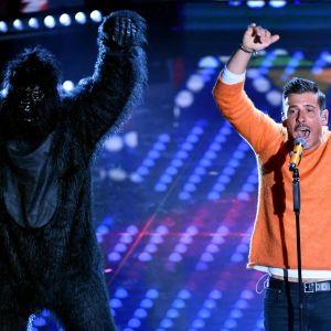 Francesco Gabbani på scenen i San Remo med dansare i gorillakostym.