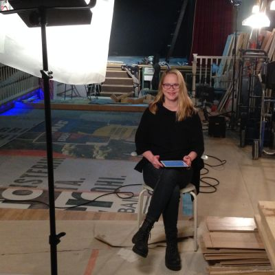 Anu Silfverberg istuu kameran edessä. Kuvataan Teeman elokuvafestivaalille Festivaalipuhetta-pätkää, jossa hän puhuu elokuvasta The Wolfpack.