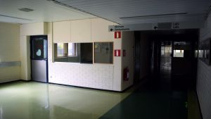 En tom, grön, väntsal i Dalsbruks gamla hälsovårdscentral.