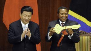 Kikwete får symbolisk nyckel av Xi